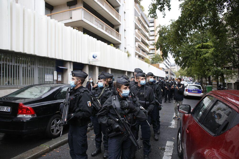 Francouzská policie poblíž budovy bývalé redakce satirického časopisu Charlie Hebdo