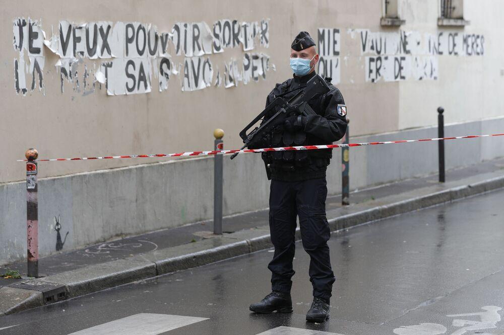 Francouzský policista poblíž budovy bývalé redakce Charlie Hebdo