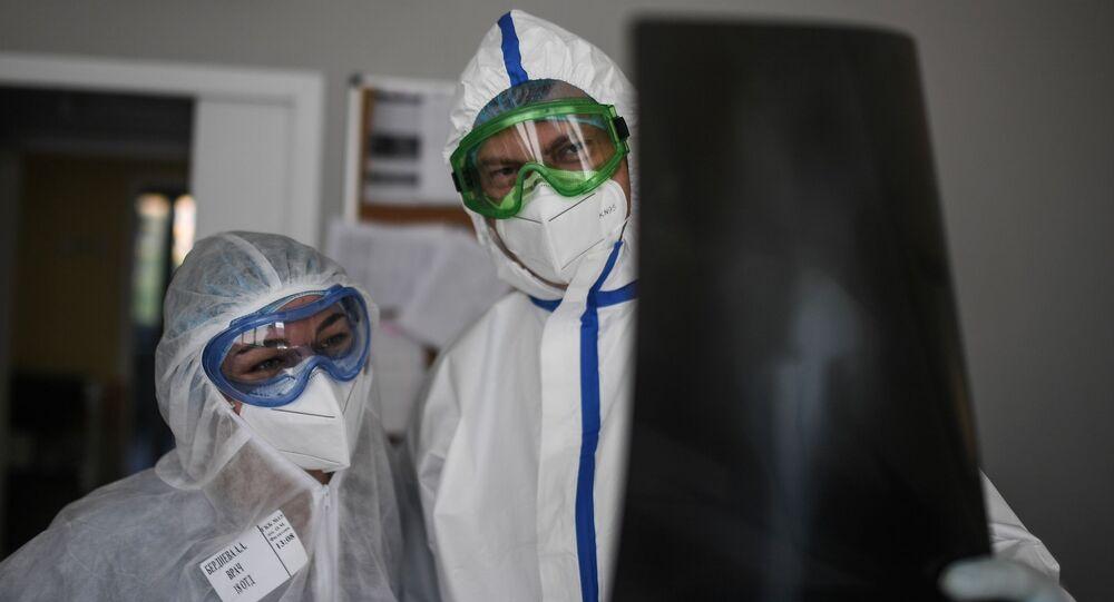 Lékaři zkoumají snímky nemocného koronaviru