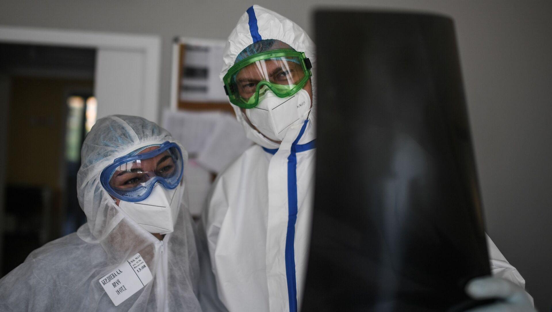 Lékaři zkoumají snímky nemocného koronaviru - Sputnik Česká republika, 1920, 02.04.2021