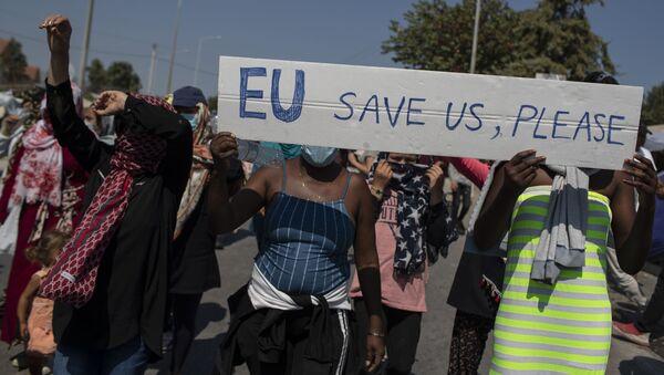 """Migranti drží transparent """"EU, zachraň nás, prosíme"""" během protestů u města Mytiléna na ostrově Lesbos v Řecku - Sputnik Česká republika"""