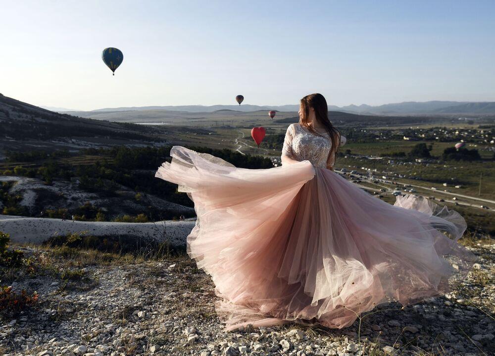 Dívka na festivalu vzduchoplavby poblíž Bílé skály na Krymu