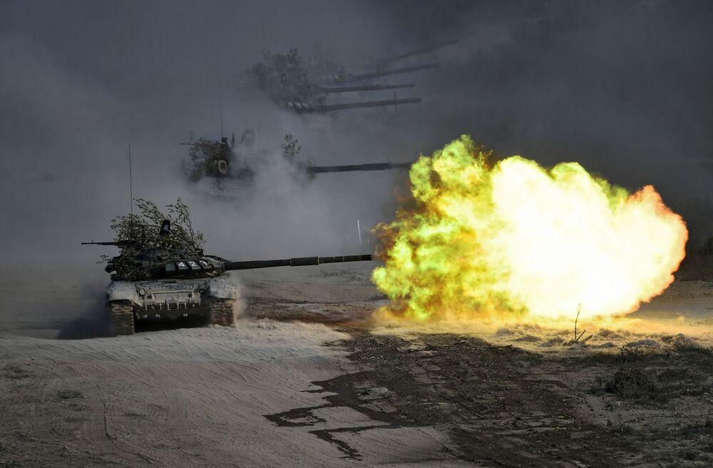 Tanky T-72 během vojenských cvičení Kavkaz 2020 v Rusku