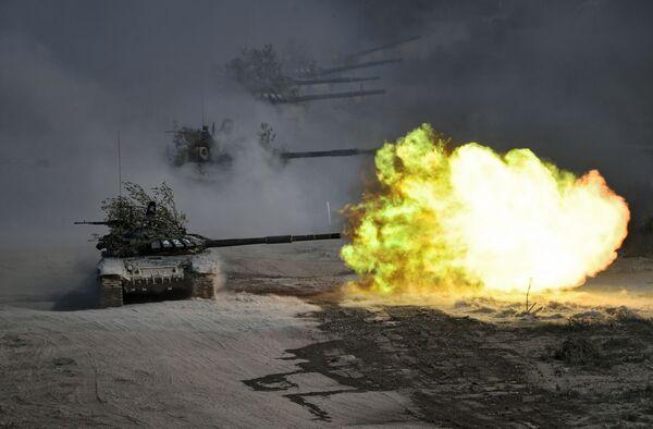 Tanky T-72 během vojenských cvičení Kavkaz 2020 v Rusku - Sputnik Česká republika
