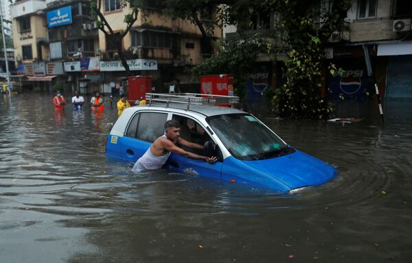 Zatopená ulice v Bombaji, Indie - Sputnik Česká republika