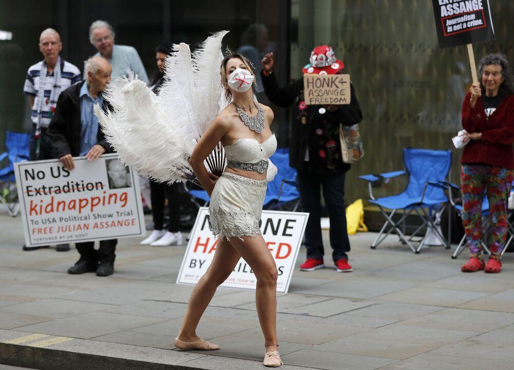Tanečnice během protestní akce naproti Ústřednímu trestnímu soudu v Old Bailey. Londýn, Velká Británie