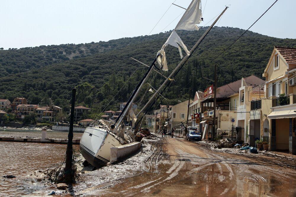 Jachta vyplavená na břehu během mořské bouře v Řecku