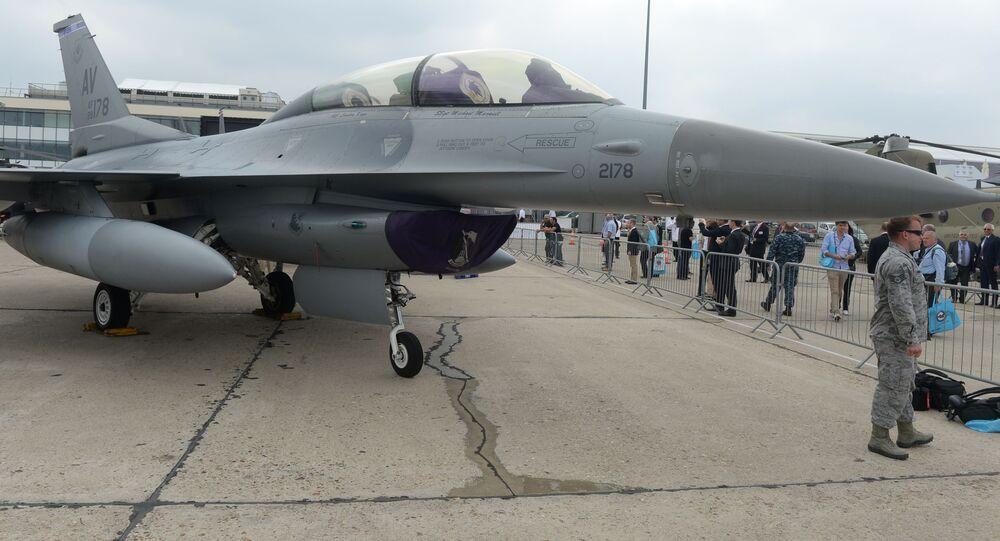 Americká stíhačka F-16 během Paris Air Show - Le Bourget 201