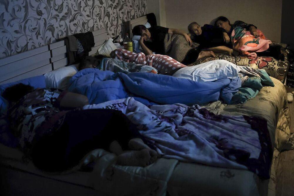 Lidé sledují televizi v protileteckém krytu ve Stěpanakertu.