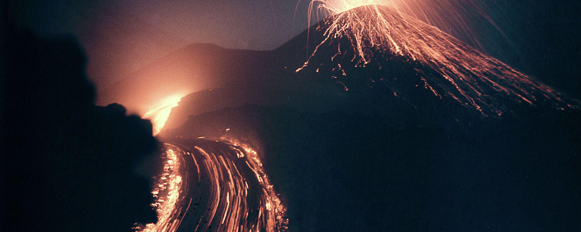 Sopka během erupce - Sputnik Česká republika, 1920, 26.12.2020