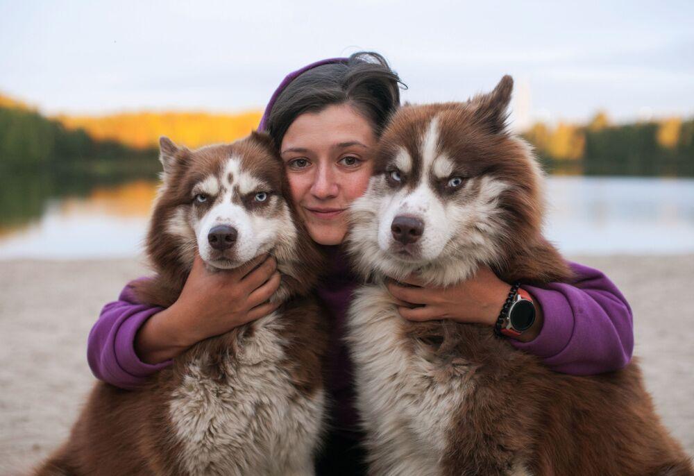 Účastnice soutěže v sáňkařských sportech se svými husky, Tjumeňská oblast, Rusko.