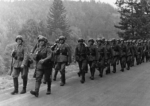 Němečtí vojáci na cestě k československé hranici. 1938