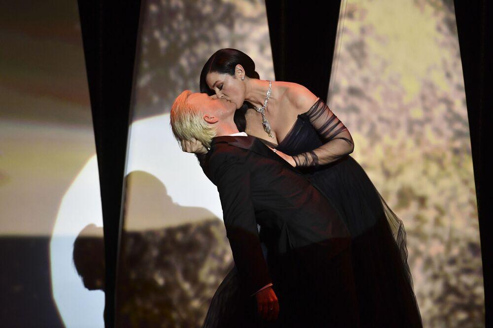 Monica Bellucci líbá francouzského komika Alexe Lutze na zahajovacím ceremoniálu filmového festivalu v Cannes.