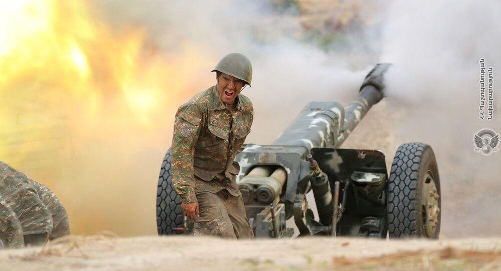Arménský voják střílí z děla na ázerbájdžánské síly