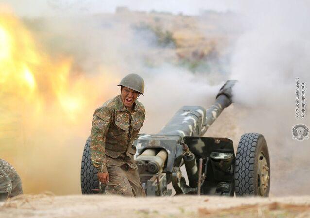 Arménský voják během bitvy s ázerbájdžánskými jednotkami v Náhorním Karabachu