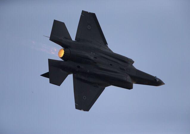 Stíhací bombardér F-35 izraelského letectva během vojenských cvičení. Illustrační foto