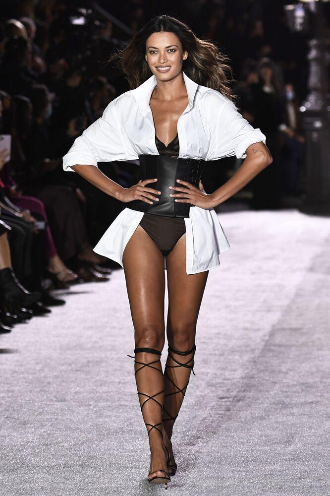 Modelka během prezentace kolekce Etam na přehlídce spodního prádla v Paříži.