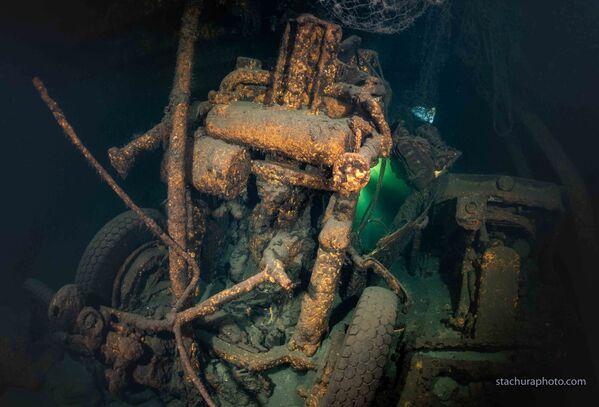 Trosky vozidla v potopené lodi Karlsruhe - Sputnik Česká republika