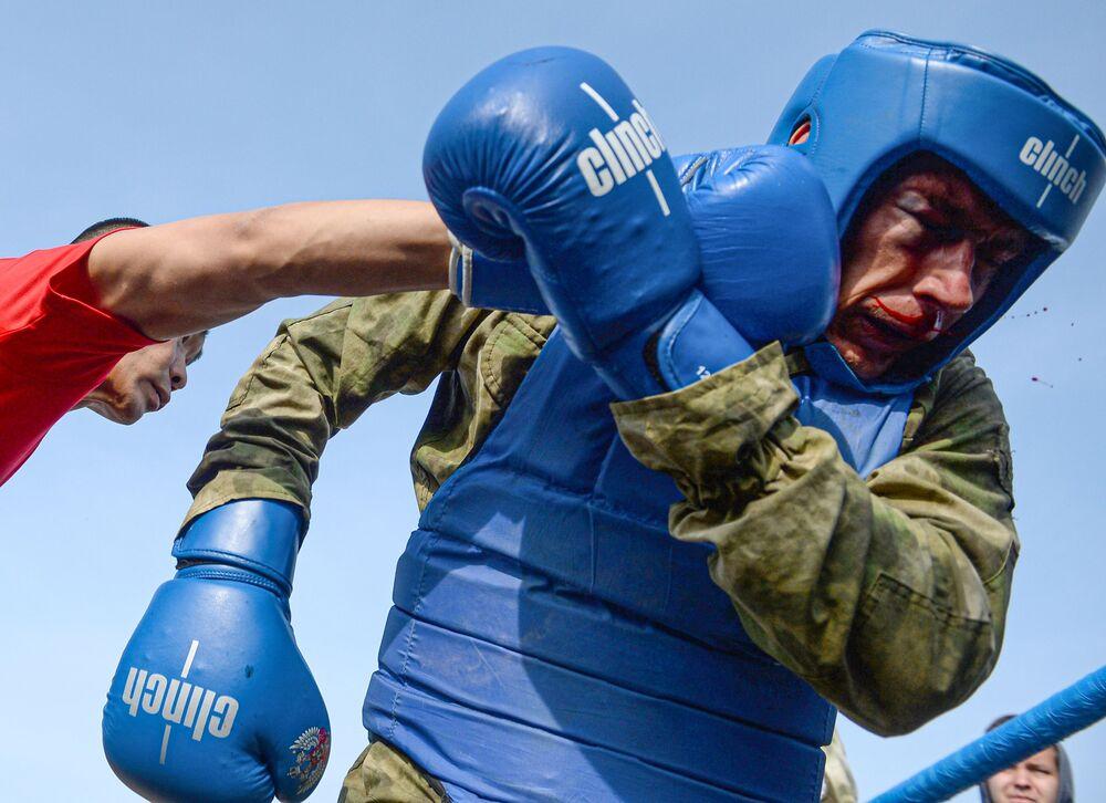Boj zblízka během kvalifikační zkoušky na právo nošení karmínového baretu vojáky jednotek ruské Národní gardy v Tatarstánu.