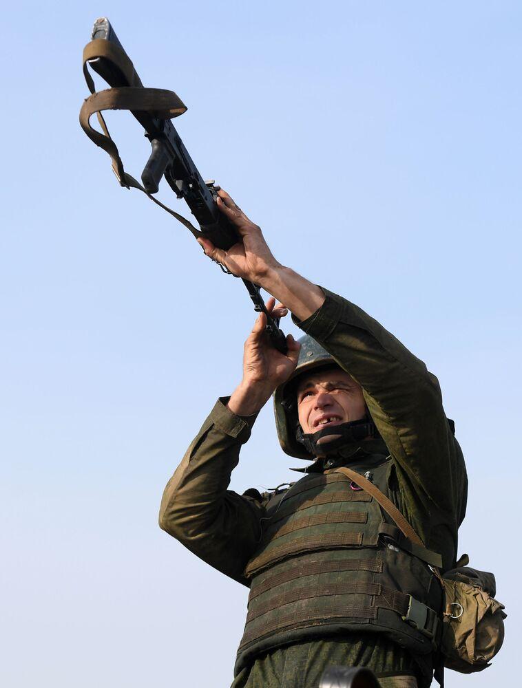 Čištění zbraní před střelbou z ručních palných zbraní během kvalifikačních zkoušek na právo nošení karmínového baretu