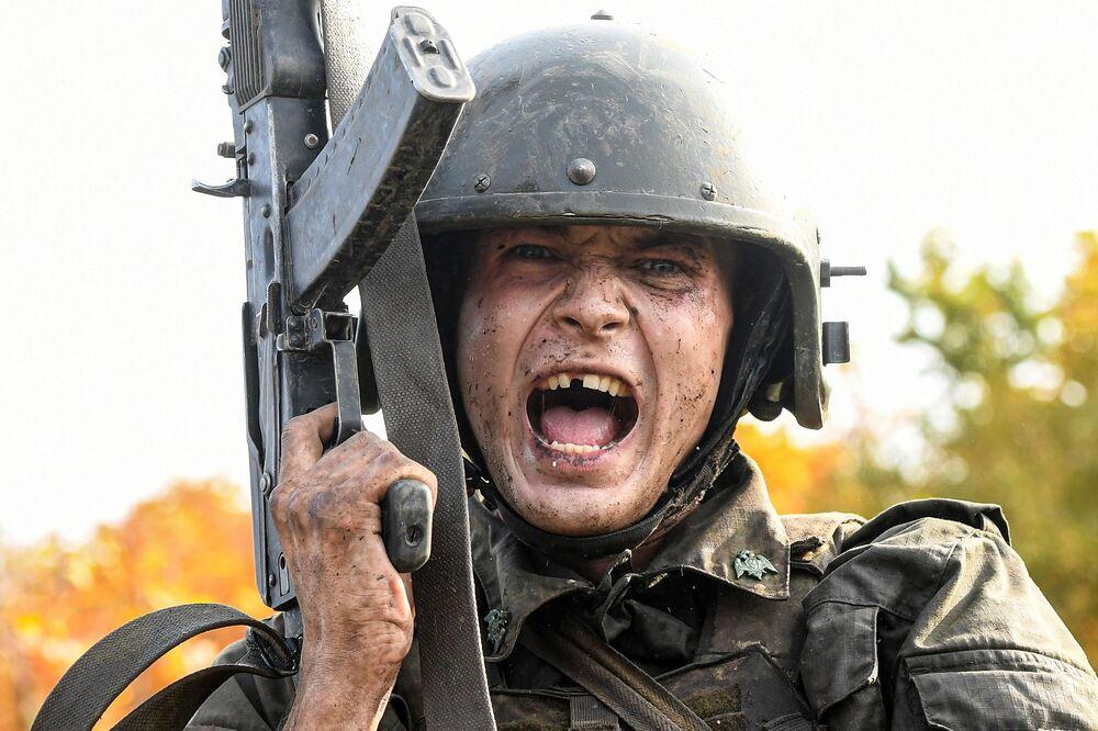 Ruský voják při kvalifikačních zkouškách na právo nošení karmínového baretu