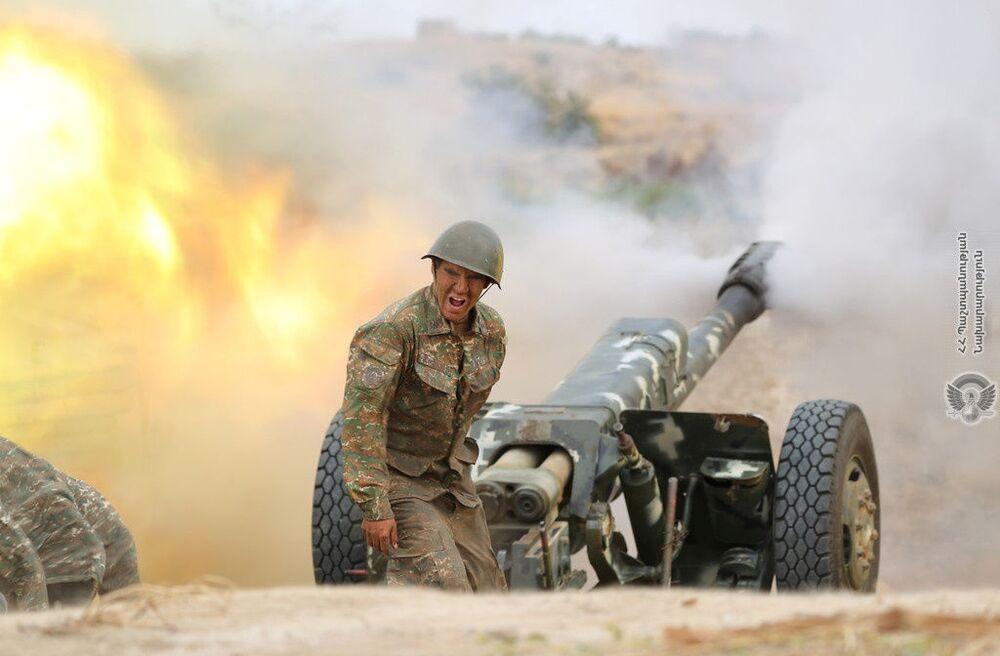 Arménský voják střílí z dělostřelecké zbraně při boji s ázerbájdžánskými jednotkami v Náhorním Karabachu