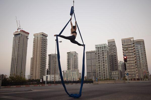 Akrobat vystupuje během židovského svátku Jom Kipur v Tel Avivu, Izrael - Sputnik Česká republika