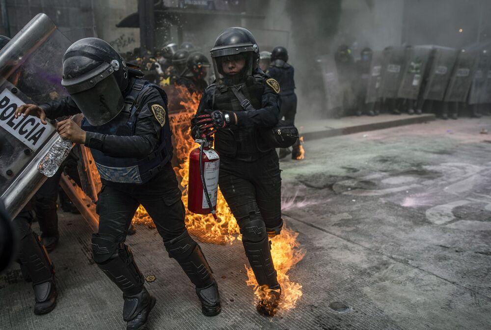 Policisty během protestní akce vyvolané Mezinárodním dnem bezpečných potratů v Mexico City, Mexiko