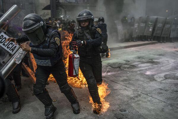Policisty během protestní akce vyvolané Mezinárodním dnem bezpečných potratů v Mexico City, Mexiko - Sputnik Česká republika
