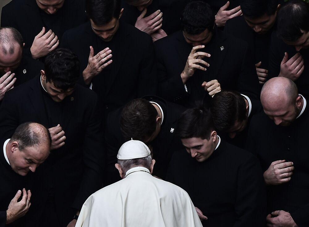 Papež František při modlitbě s kněžími na dvoře San Damasu ve Vatikánu