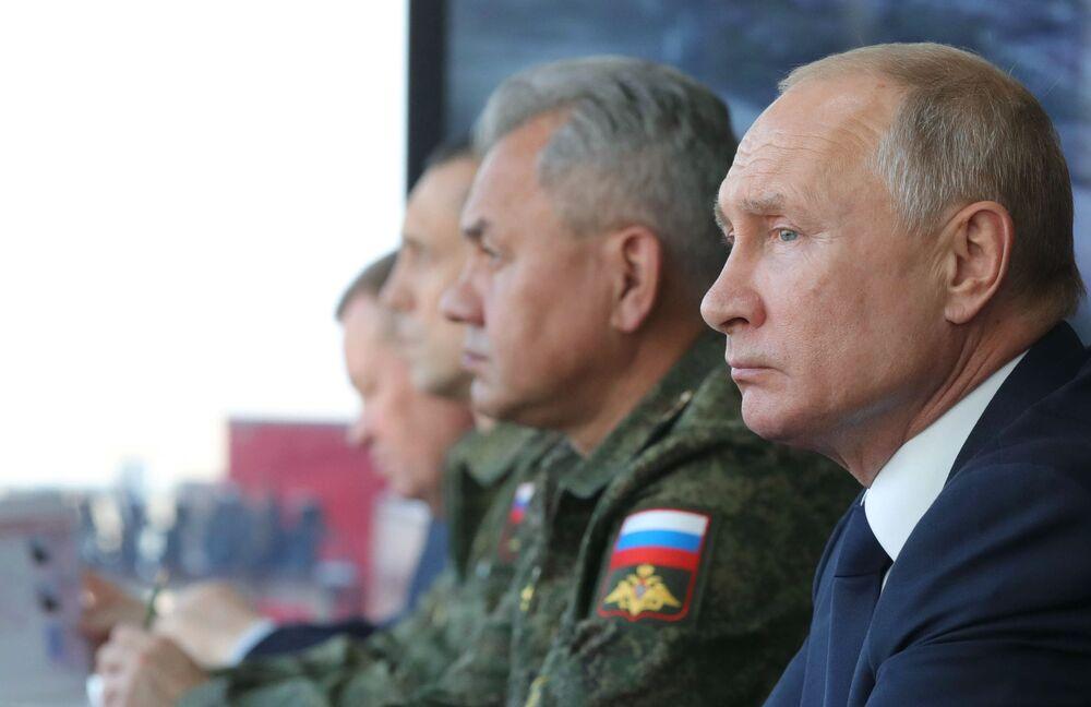Ruský prezident Vladimir Putin a ministr obrany Sergej Šojgu sledují průběh velitelsko-štábního cvičení Kavkaz-2020 v Astrachaňské oblasti