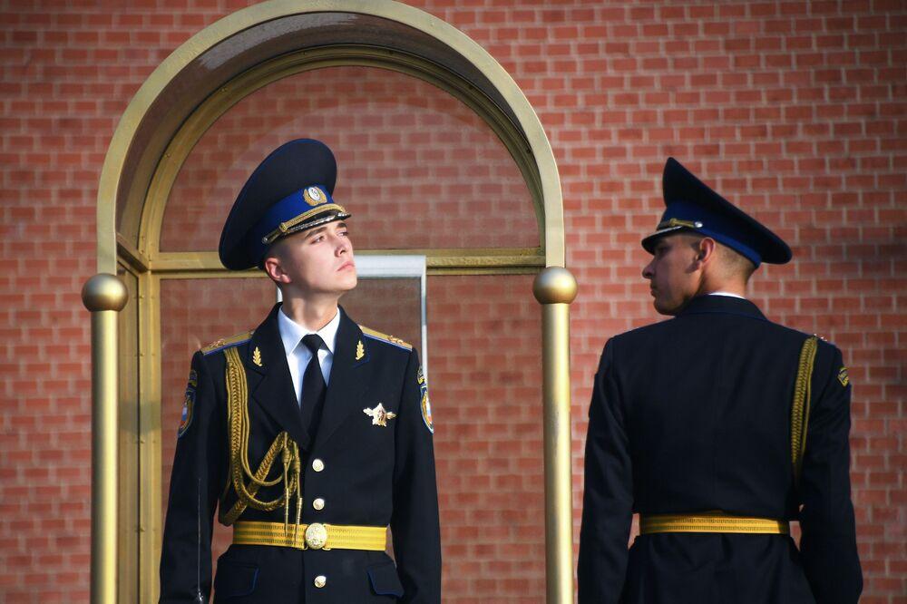 Vojáci čestné stráže u Mohyly Neznámého vojína v Moskvě