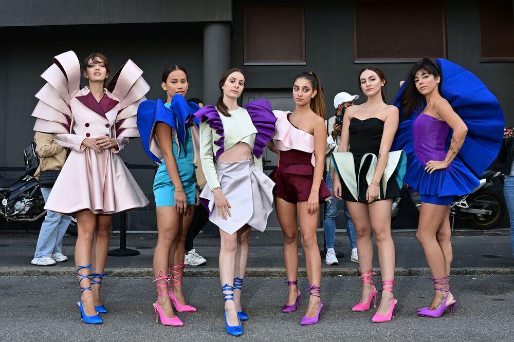 Návrhářka Nora Bourelly (R) pózuje s přáteli během Milan Fashion Week