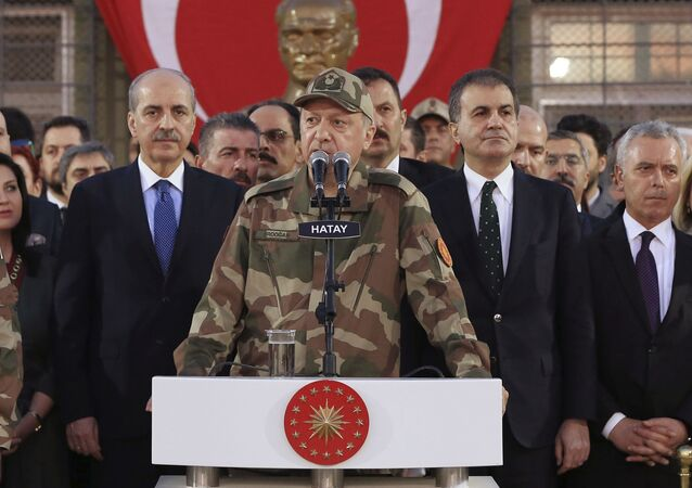 Turecký prezident Recep Erdogan se obrací k vojákům nedaleko hranic se Sýrií