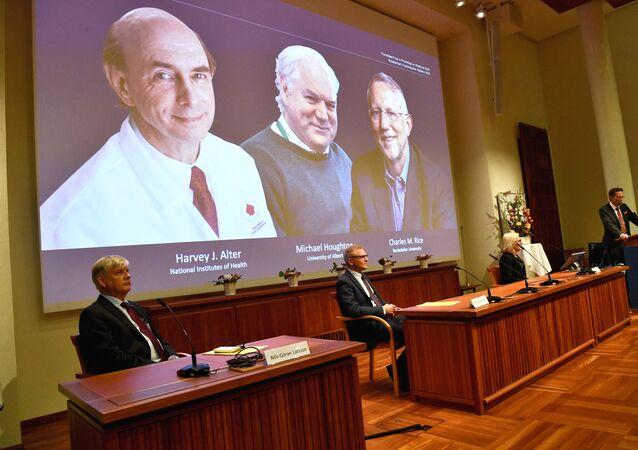 Thomas Perlmann, tajemník Nobelova shromáždění na Karolinska Institutet ve Stockholmu  a Nobelova výboru pro fyziologii nebo lékařství, oznamuje Harvey Alteře, Michaela Houghtone a Charlese Rice jako nositelé Nobelovy ceny za fyziologii nebo lékařství v roce 2020 během tiskové konference v Karolinska Institute ve Stockholmu ve Švédsku, 5. října 2020