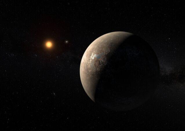 Kresba zobrazující Proxima Centauri obíhající kolem červeného trpaslíka, který se točí kolem dvojhvězdy Alpha Centauri