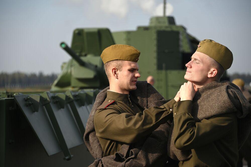 Voják pomáhá zapnout knoflík svému kolegovi