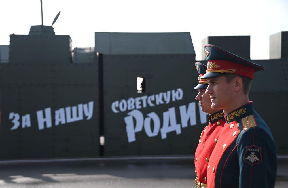 Nápis na obrněném vlaku Za naši sovětskou vlast
