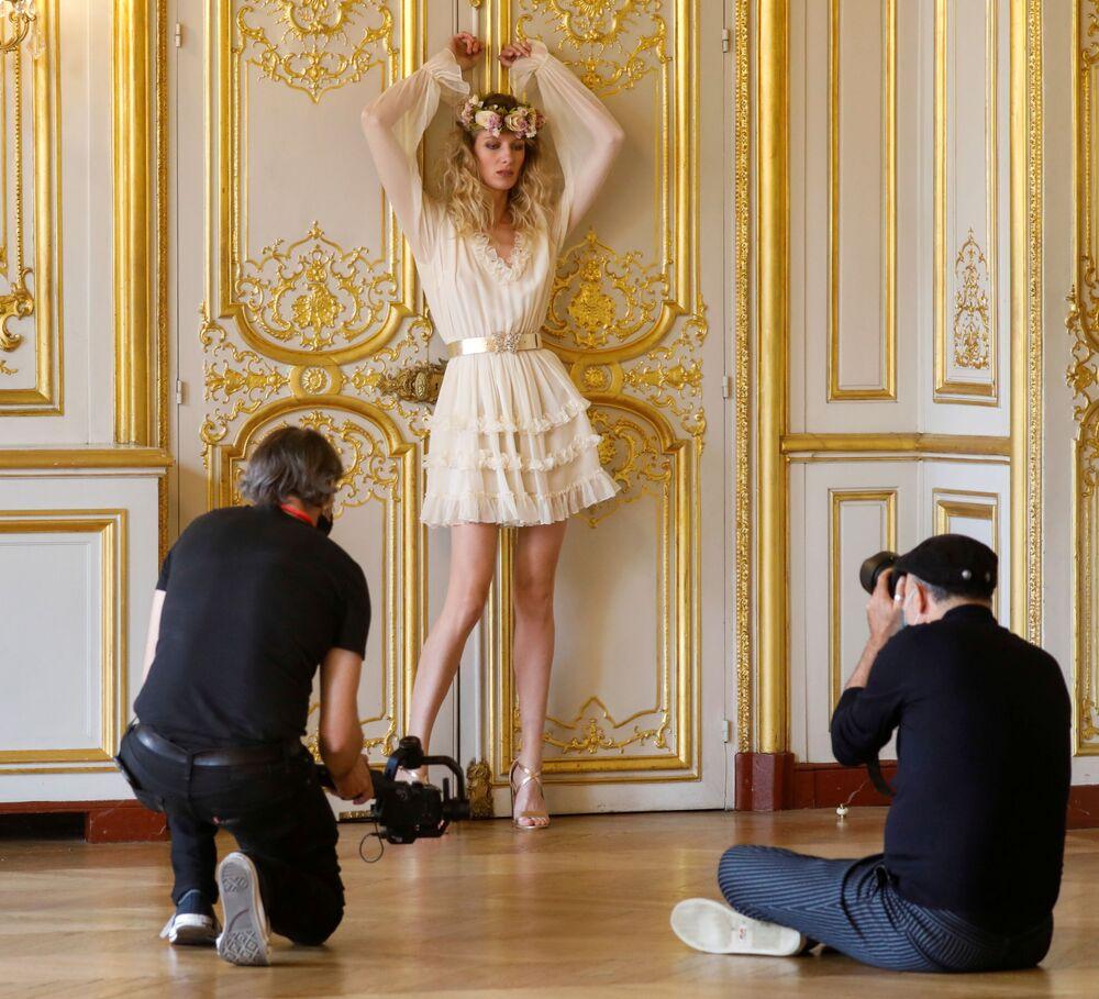 Modelka Tiffany Fournierová pózuje pro digitální prezentaci módního domu La Metamorphose.