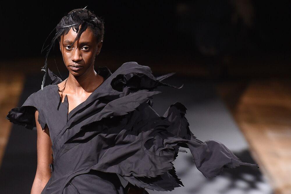 Přehlídka nové kolekce Yohji Yamamoto během pařížského týdne módy.