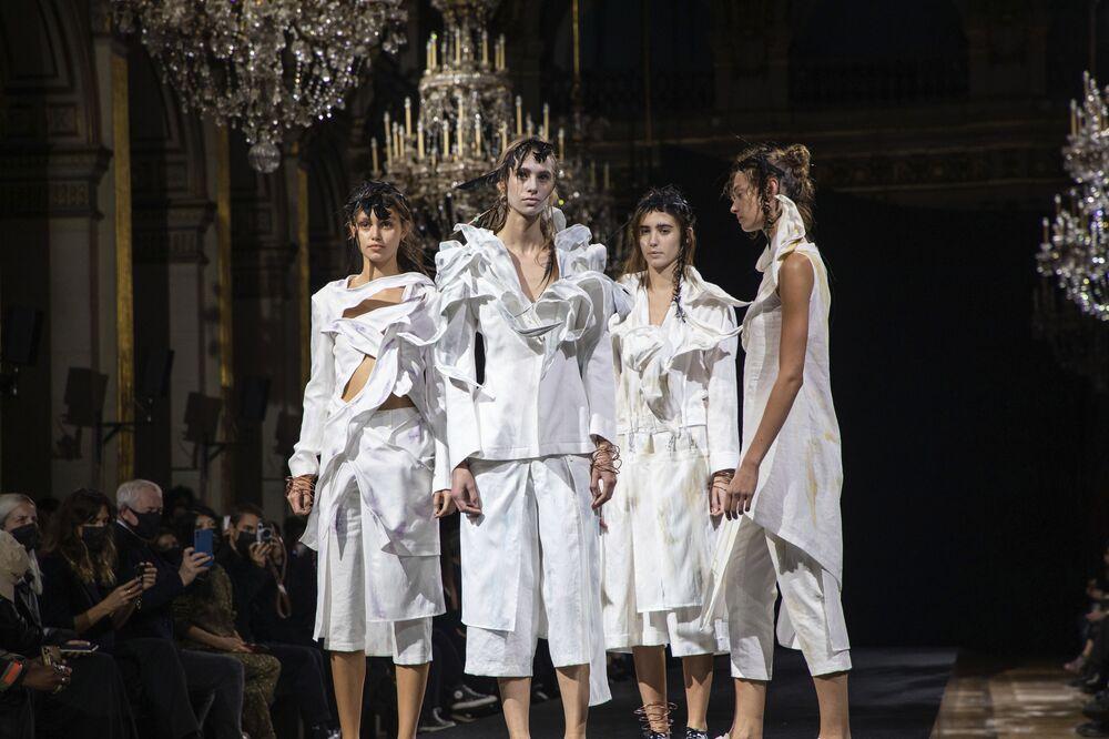 Přehlídka nové kolekce Yamamoto během pařížského týdne módy.