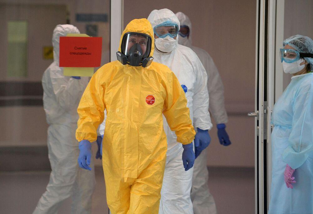 Vladimir Putin v ochranném obleku během návštěvy moskevské nemocnice pro pacienty s podezřením na covid-19.