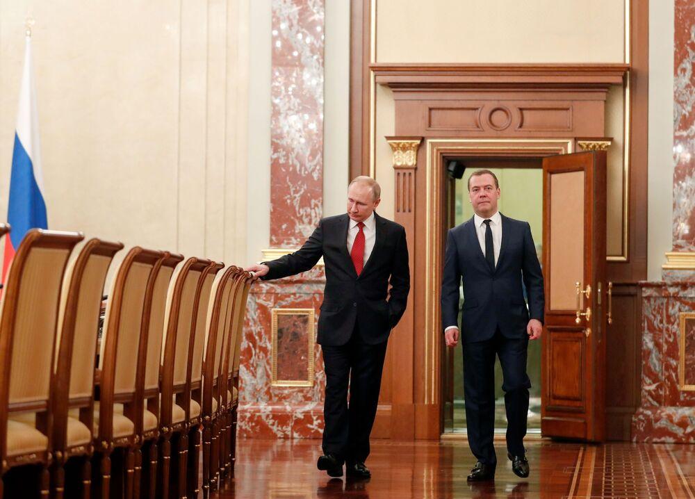 Vladimir Putin a ruský premiér Dmitrij Medvěděv před setkáním s ministry.
