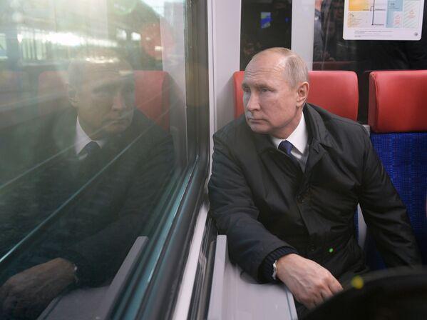 Vladimir Putin cestuje v Moskvě vlakem Ivolga. - Sputnik Česká republika