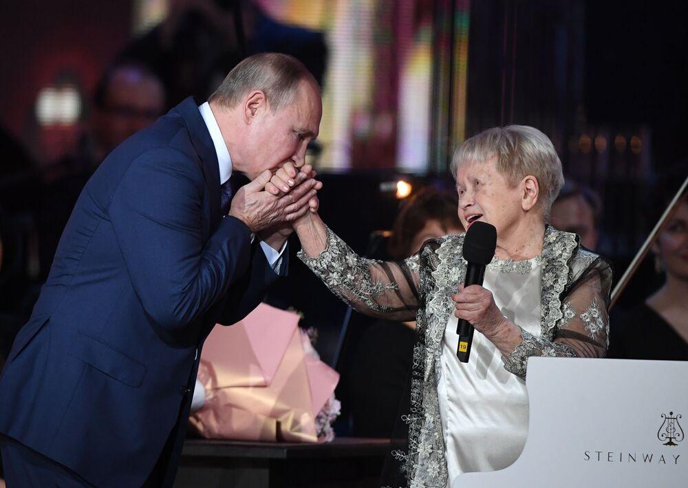 Vladimir Putin na jubilejním večeru skladatelky Alexandry Pachmutovové ve Velkém divadle v Moskvě.