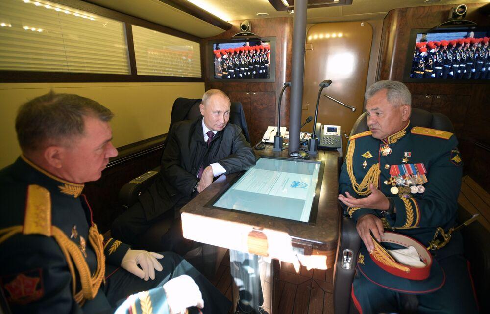 Vladimir Putin, ruský ministr obrany Sergej Šojgu a velitel vojsk Západního vojenského okruhu Ruska Alexandr Žuravljov v kabině prezidentského člunu během námořní přehlídky v Petrohradu