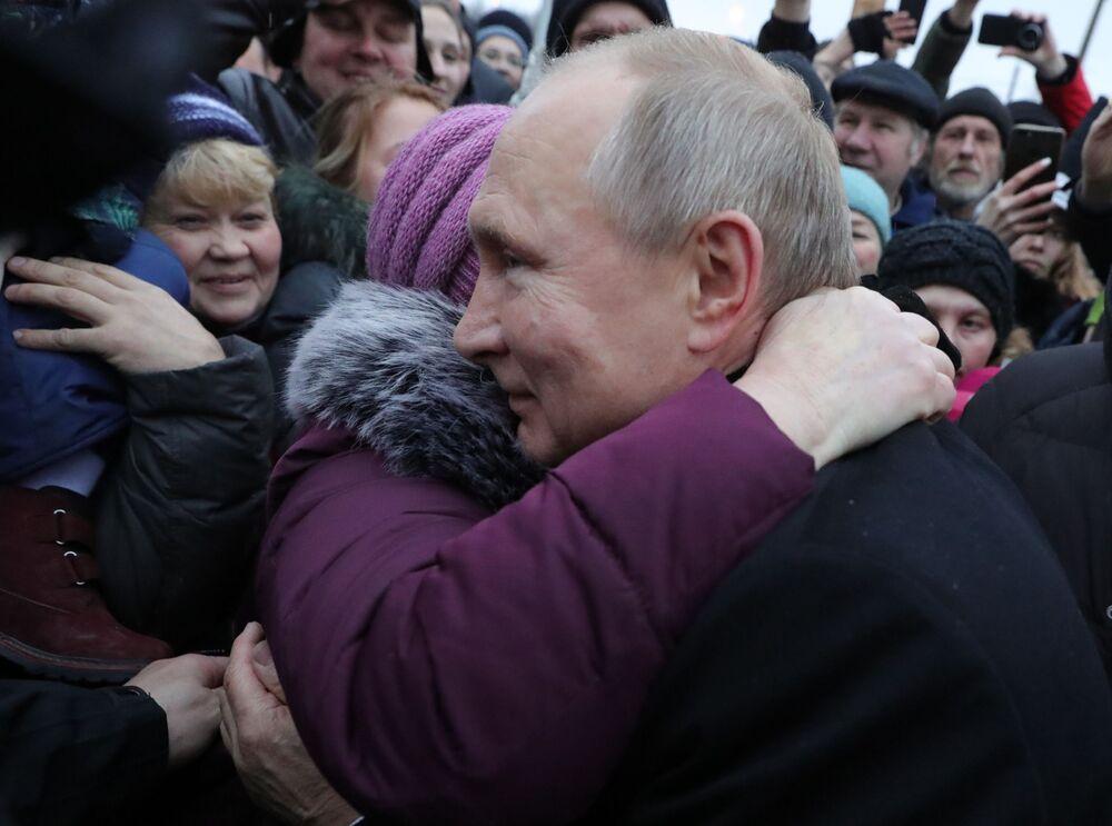Vladimir Putin se setkává s obyvateli Petrohradu.