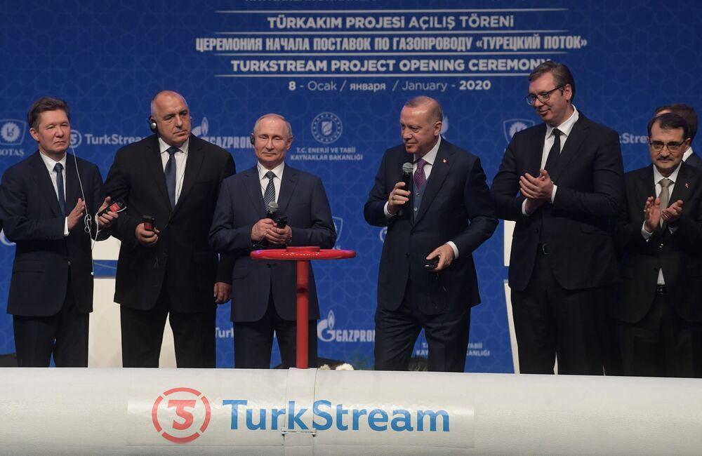 Vladimir Putin se svým tureckým protějškem Recepem Tayyipem Erdoganem se účastní ceremonie oficiálního spuštění plynovodu Turecký proud v Istanbulu.