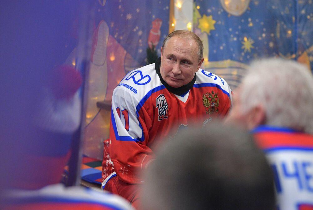 Vladimir Putin hraje hokej na Rudém náměstí