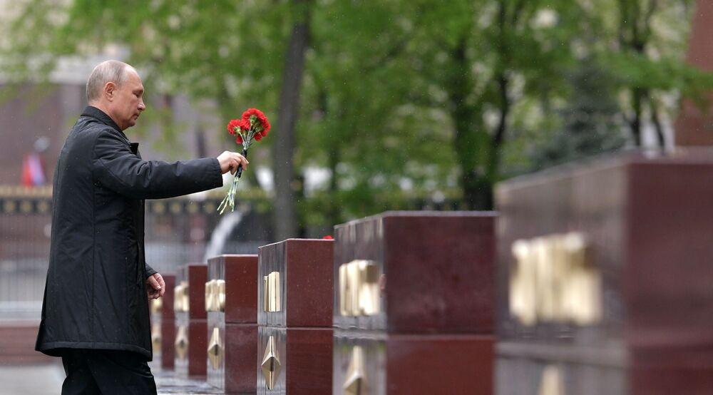Vladimir Putin klade květiny ke hrobu neznámého vojáka u Kremlu.